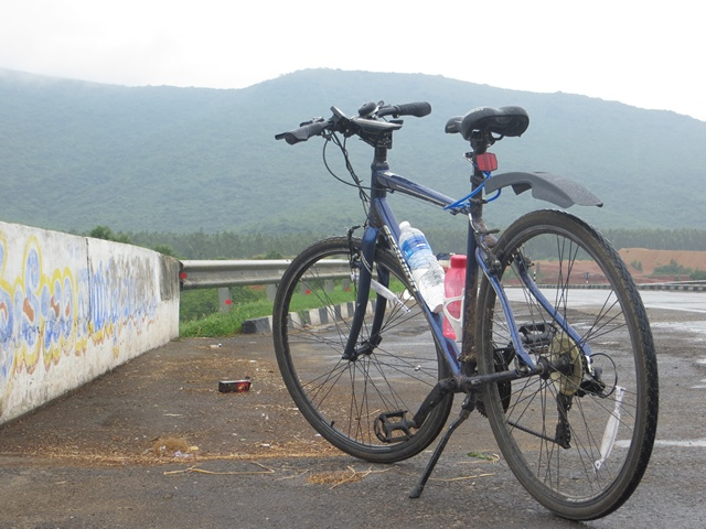 At 11:30 on day 2, the rains have started and my bike is all wet & dirty