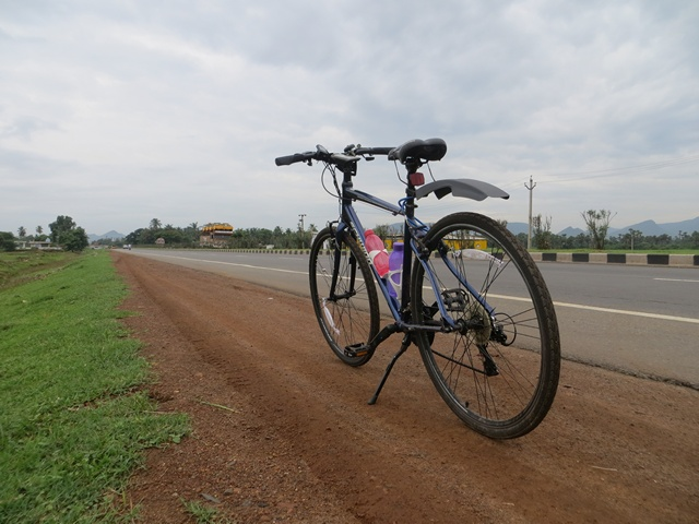 At a water stop near 50km mark. The national highway 45 looked flat & inviting.